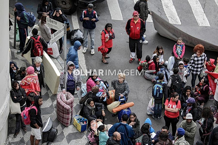 Despejo de moradores em reintegração de posse em imóvel ocupado pela Frente de Luta por Moradia, FLM. Sao Paulo. 2015. Foto de Lineu Kohatsu.