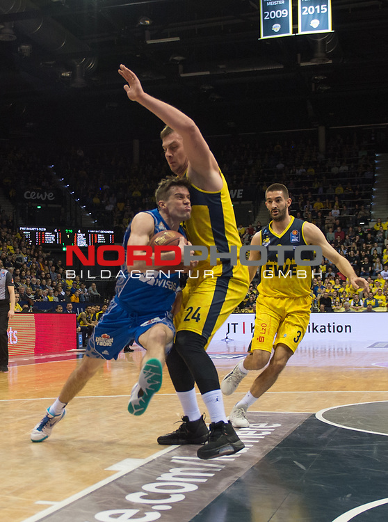 11.02.2020, EWE Arena, Oldenburg, GER, easy Credit-BBL, EWE Baskets Oldenburg vs Fraport Skyliners Frankfurt, im Bild<br /> Joe RAHON (Fraport Skyliners Frankfurt #30 ) Rasid MAHALBASIC (EWE Baskets Oldenburg #24 ) Braydon HOBBS (EWE Baskets Oldenburg #3 )<br /> Foto © nordphoto / Rojahn