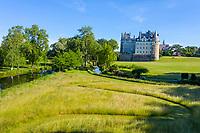 France, Maine-et-Loire (49), Brissac-Quincé, château de Brissac, jeu d'allées dans la prairie (vue aérienne)