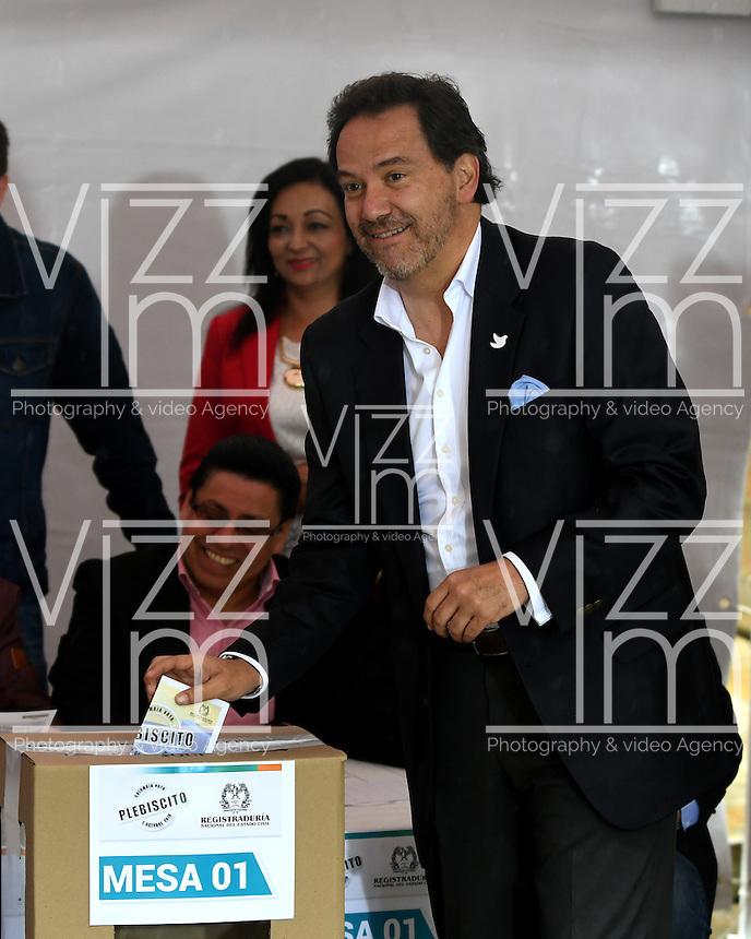 BOGOTA - COLOMBIA - 02 - 10 - 2016: Sergio Jaramillo, Alto Comisionado Para La Paz, vota durante el Plebisto, escribiendo un nuevo capitulo en la historia del pais. Hoy los colombianos acuden a las urnas para decir SI o NO al acuerdo de Paz firmado entre el Gobierno y las Fuerzas Armadas Revolucionarias de Colombia Ejercito del Pueblo (FARC-EP) / Sergio Jaramillo, High Commissioner for Peace,vote for the Plebisto, writing a new chapter in the history of the country. Today Colombians go to the polls to say YES or NO to the peace agreement signed between the government and the Revolutionary Armed Forces of Colombia People's Army (FARC-EP) Photo: VizzorImage / Luis Ramirez / Staff.