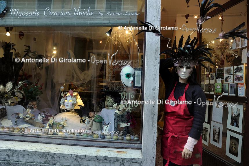 Karima Laraba, artigiana algerina, in Italia da pochi anni, mentre lavora nel suo laboratorio artigianale &ldquo;Mysotyis&rdquo;, Venezia.<br /> Karima Laraba, Algerian artisan, in Italy from few years, while working in his workshop &quot;Mysotyis&quot;, Venice.