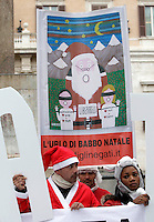 "I padri separati protestano vestiti da Babbo Natale per i loro diritti davanti a Montecitorio, Roma, 21 dicembre 2012..Separated fathers rights activists wear Santa Claus costumes during a protest in front of the Lower Chamber in Rome, 21 December 2012. The sign reads ""The scream of Santa Claus"".UPDATE IMAGES PRESS/Riccardo De Luca"