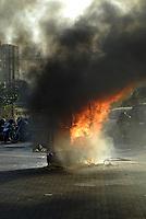ATENÇAO EDITOR  FOTO EMBARGADA PARA VEICULOS INTERNACIONAIS - INCÊNDIO EM CARROÇA DE CACHORRO QUENTE NO CENTRO DE NITEROI - NITEROI,RJ 25 DE OUTUBRO 2012 - Neste final de tarde 25 de outubro, uma carroça de cachorro quente pegou fogo e levou panico nas pessoas que passava. O incêndio foi um vazamento de gas e foi em frente a estaçao das barcas de Niteroi.  Os bombeiros chegou ja com o fogo controlado.<br /> FOTO RONALDO BRANDAO/BRAZIL PHOTO PRESS