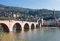 Germany, Baden-Wuerttemberg, Heidelberg at river Neckar: view at old town with Old Bridge gate, Church of the Holy Spirit and Heidelberg Castle at background | Deutschland, Baden-Wuerttemberg, Heidelberg am Neckar: Blick zur Altstadt mit dem Brueckentor am Suedende der Alten Bruecke, der Heiliggeistkirche und dem Heidelberger Schloss