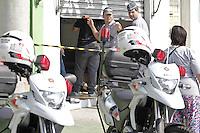 TENÇÃO EDITOR: FOTO EMBARGADA PARA VEÍCULOS INTERNACIONAIS SÃO PAULO,SP,08 OUTUBRO 2012 - CAMPEONATO Um homem matou a mulher e a amiga na tarde de hoje na rua Francisco Fetti no pq São Lucas na zona leste.Segundo informações da PM o homem atirou contra a mulher dentro do salão de cabeleleiro onde ele trabalhava e depois andou por cerca de 200 metro e matou a amiga dentro do restaurante onde as duas trabalhavam o motivo da morte foi pq a mulher estava tranido ele e a miga estaria insentivando a traição o caso esta sendo registrado no 31 DP na Vila Carrão. (FOTO: ALE VIANNA -BRAZIL PHOTO PRESS).A