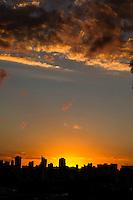 CURITIBA, PR, 06.03.2014 - CLIMA TEMPO / POR-DO-SOL  -  Vista do Fim de tarde desta quinta-feira (06) do bairro alto da XV,  em Curitiba,  ao fundo  paredão de prédios de Curitiba,bairros centro, água verde, vila izabel, seminário, batel e bigorrilho. (Foto: Paulo Lisboa / Brazil Photo Press)