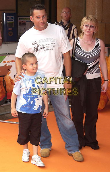 "DANE BOWERS.UK Charity Premiere of ""Garfield"" in aid of Great Ormond Street Children's Hospital, Vue Cinema, Leicester Square, London, 25th July 2005..full length white t shirt son child family.Ref: PL.www.capitalpictures.com.sales@capitalpictures.com.©Capital Pictures."