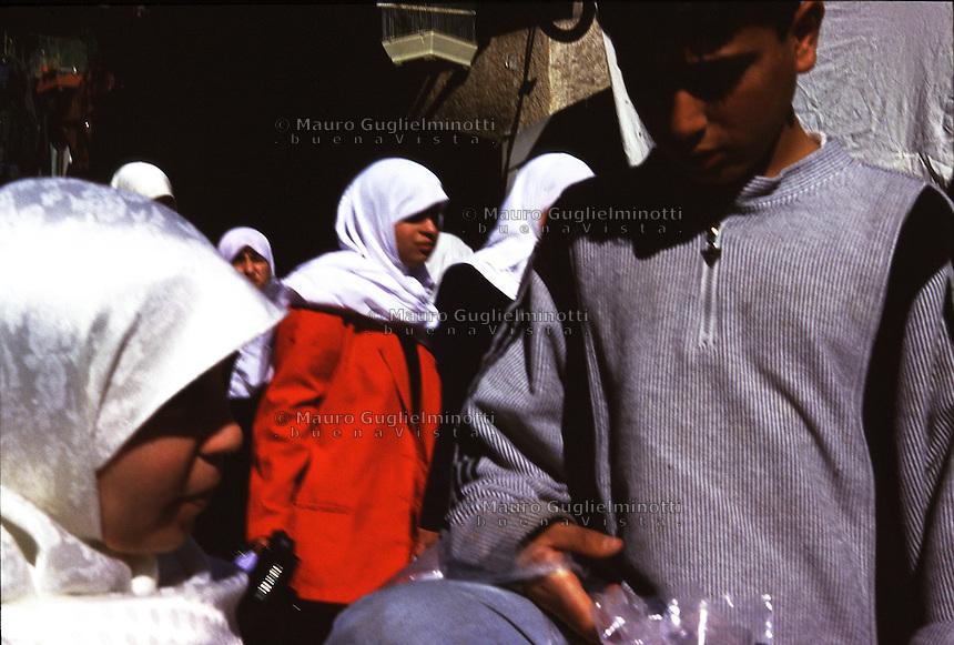 ISRAELE, Gerusalemme: donne con velo bianco in strada e un ragazzino.