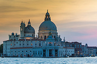 Italie, Vénétie, Venise: Punta della Dogana devant la Basilique Santa Maria della Salute de Venise.   // Italy, Veneto, Venice: Punta della Dogana before the Santa Maria della Salute.