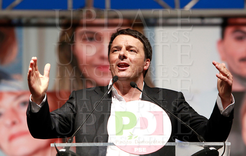 Il Presidente del Consiglio Matteo Renzi parla alla manifestazione di chiusura della campagna elettorale del Partito Democratico per le elezioni europee, a Roma, 22 maggio 2014.<br /> Italian Premier Matteo Renzi attends the Democratic Party's electoral campaign closing rally for the upcoming European elections, in Rome, 22 May 2014.<br /> UPDATE IMAGES PRESS/Isabella Bonotto