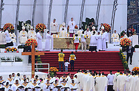 RIO DE JANEIRO, RJ, 28 DE JULHO DE 2013 -JMJ RIO 2013-MISSA DO ENVIO COM O PAPA FRANCISCO- Papa Francisco abençoa famílias na missa de envio diante de milhares de fiéis, peregrinos e devotos, em Copacabana, zona sul do Rio de Janeiro.FOTO:MARCELO FONSECA/BRAZIL PHOTO PRESS