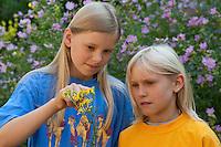 Kinder, Geschwister betrachten Blumen, Blume, Greiskraut