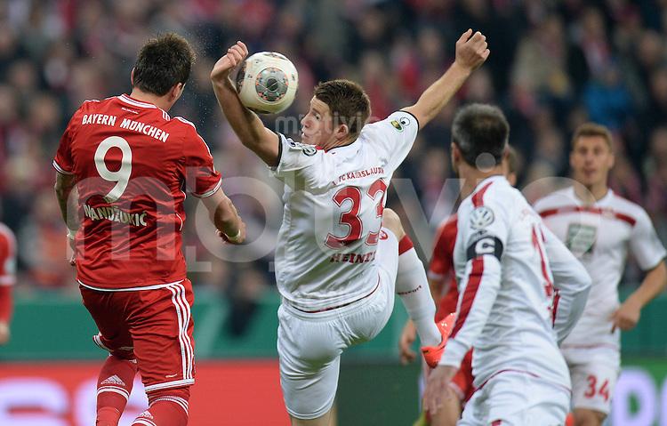 Fussball DFB Pokal Halbfinale 2013/2014    FC Bayern Muenchen - 1. FC Kaiserslautern      16.04.2014 Mario Mandzukic (li, FC Bayern Muenchen  gegen Dominique Heintz (re, 1. FC Kaiserslautern)