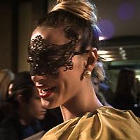 Il Quinto giorno della Settimana della Moda a Milano: una modella con la maschera<br /> <br /> The fifth day of Milan Fashion Week: a model with mask