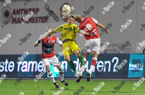 11-12-10 / Voetbal / seizoen 2011-2012 / R. Antwerp FC - St. Wetteren / Lambot bekijkt het kopduel tussen Jan De Langhe en Karel de Smet (r, Antwerp)..Foto: Mpics.be