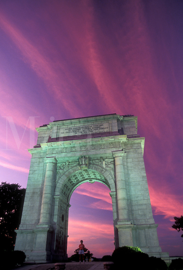AJ2763, Valley Forge Park, arch, arc, Valley Forge, Pennsylvania, National Memorial Arch illuminated in the evening under pink clouds in Valley Forge National Historical Park in Valley Forge in the state of Pennsylvania.