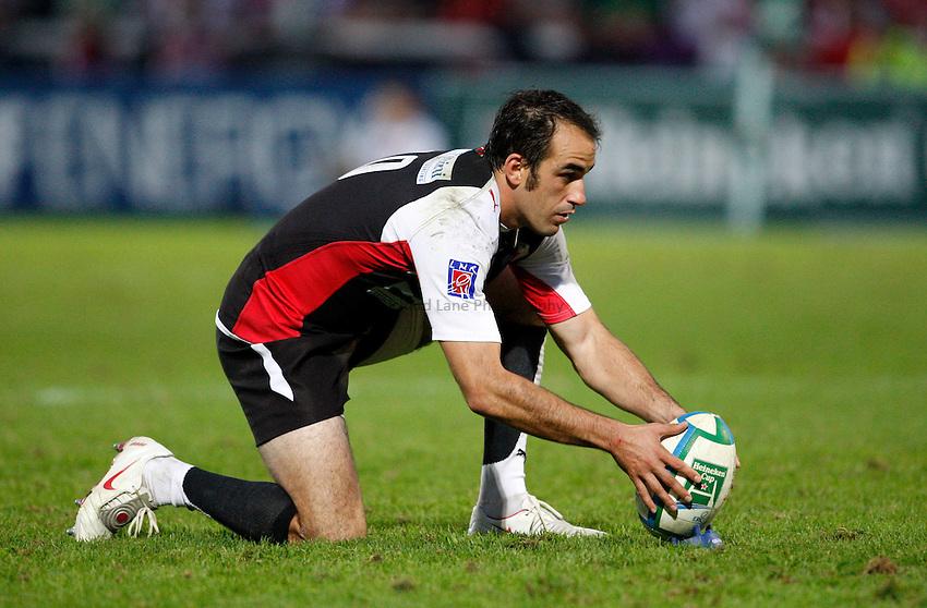 Photo: Richard Lane/Richard Lane Photography. Gloucester Rugby v Biarittz. Heineken Cup. 11/10/2008. Biarittz' Julien Peyrelongue lines up a kick.