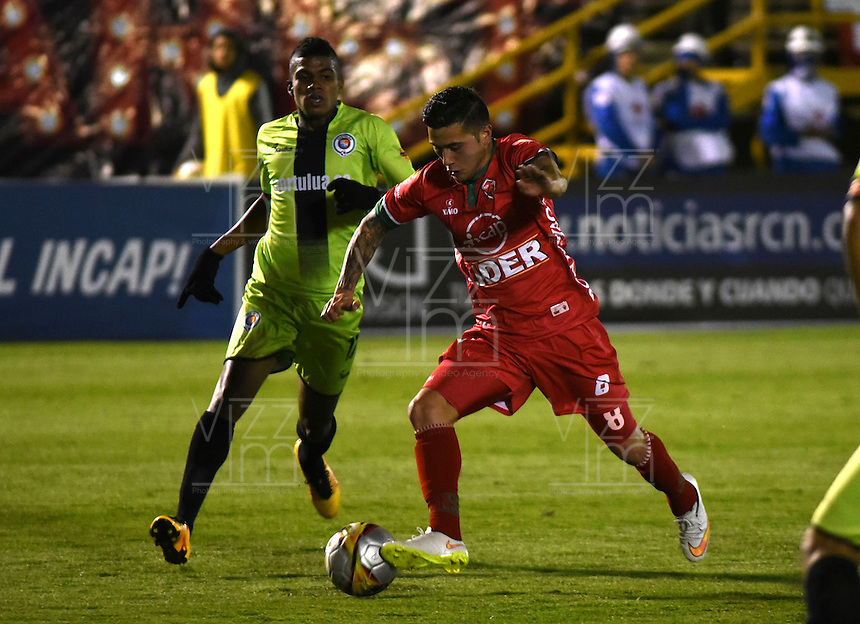 TUNJA - COLOMBIA -22-07-2016: Uvaldo Luna (Der.) jugador de Patriotas FC, disputa el balón con Jeison Suarez (Izq.) jugador de Cortulua, durante partido Patriotas FC y Cortulua, por la fecha 5 de la Liga de Aguila II 2016 en el estadio La Independencia en la ciudad de Tunja. / Uvaldo Luna (R) of Patriotas FC, figths the ball with con Jeison Suarez (L) player of Cortulua, during a match Patriotas FC and Cortulua, for date 5 of the Liga de Aguila II 2016 at La Independencia stadium in Tunja city. Photo: VizzorImage  /  Cesar Melgarejo / Cont.