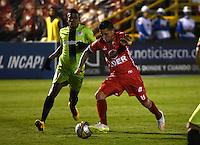 TUNJA - COLOMBIA -22-07-2016: Uvaldo Luna (Der.) jugador de Patriotas FC, disputa el balón con Jeison Suarez (Izq.) jugador de Cortulua, durante partido Patriotas FC y Cortulua, por la fecha 5 de la Liga de Aguila II 2016 en el estadio La Independencia en la ciudad de Tunja. / Uvaldo Luna (R) of Patriotas FC, figths the ball with con Jeison Suarez (L) player of Cortulua, during a match Patriotas FC and Cortulua, for date 5 of the Liga de Aguila II 2016 at La Independencia stadium in Tunja city. Photo: VizzorImage  /  Cesar Melgarejo / Cont.