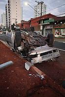 SAO PAULO, SP, 26/07/2012, ACIDENTE PERSEGUICAO. Durante a madrugada de hoje (26) um veiculo roubado que estava sendo perseguido por viaturas da Policia, capotou ao entrar na Praca do Monumento no bairro do Ipiranga. Luiz Guarnieri/ Brazil Photo Press
