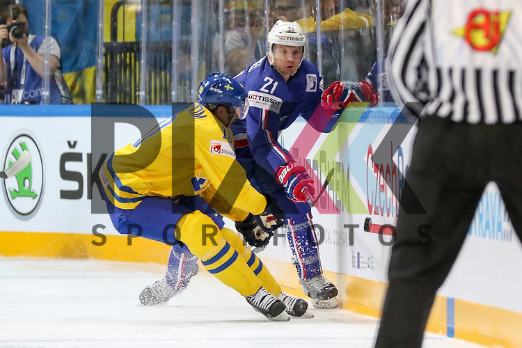 Schwedens Lindstrom, Joakim (Nr.10) im Zweikampf mit Frankreichs Roussel, Antoine (Nr.21)  im Spiel IIHF WC15 Frankreich vs. Schweden.<br /> <br /> Foto &copy; P-I-X.org *** Foto ist honorarpflichtig! *** Auf Anfrage in hoeherer Qualitaet/Aufloesung. Belegexemplar erbeten. Veroeffentlichung ausschliesslich fuer journalistisch-publizistische Zwecke. For editorial use only.