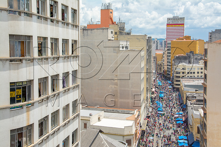 Movimentação de pedestres na Rua 25 de Março paras as compras de Natal, São Paulo - SP, 12/2016.