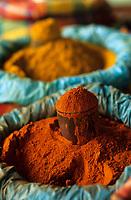 Europe/France/DOM/Antilles/Petites Antilles/Guadeloupe/Pointe-à-Pitre : Marché central - Etal d'épices en poudre et safran