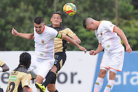 ITAGÜÍ -COLOMBIA-02-03-2014.  Camilo Ceballos (Cen.) jugador de Itagui disputa el balón con (Izq.) jugador del Envigado durante partido de la novena fecha de la Liga Postobon I 2014, jugado en el estadio Metropilitano de la ciudad de Itagui. /  Camilo Ceballos ( C)  player of Itagui fights for the ball with (L) player of Medellin during a match for the 9th date of the Liga Postobon I 2014 at the Metropilitano stadium in Itagui city..  Photo:VizzorImage/Luis Ríos/STR