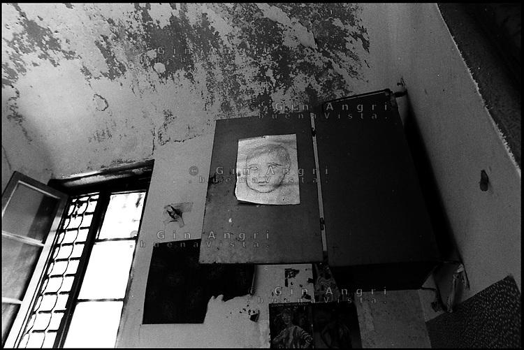 Le grate e un ritratto di bambino in una cella dell'ex carcere san Donnino di Como