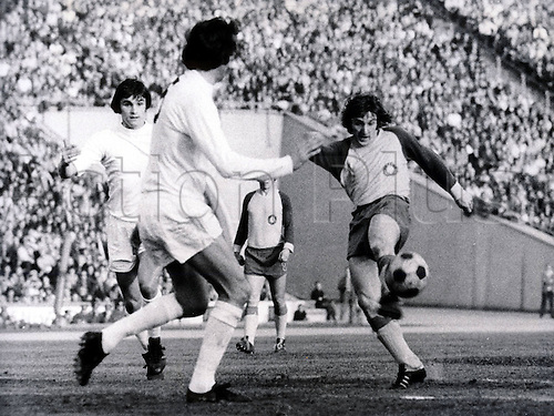 11.04.1974 Leipzig, Germany.  Rainer Lisiewicz (Leipzig) shoots past Michael England and Philip Beal (Spurs);  UEFA-CUP semi-final 1974, Lok Leipzig versus Tottenham Hotspur ended 1:2