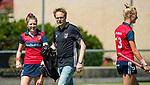 NIJMEGEN -  coach Boaz Janssen (Huizen)  voor  de tweede play-off wedstrijd dames, Nijmegen-Huizen, voor promotie naar de hoofdklasse.. Huizen promoveert naar de hoofdklasse.links Mascha Heemskerk (Huizen) . COPYRIGHT KOEN SUYK