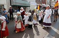 Brielle. Bevrijdingsdag op 1 april: Op deze  dag in 1572 verschenen de Watergeuzen voor de Noordpoort van Den Briel en eisten de overgave van de havenstad. Op deze dag lopen de inwoners in klederdracht uit die tijd en worden de gebeurtenissen nagespeeld. Optocht met kinderen