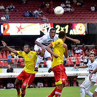 SÃO PAULO, SP, 26 DE JANEIRO DE 2013 - CAMPEONATO PAULISTA - SÃO PAULO x ATLÉTICO SOROCABA: Jogador Tiago (c) durante São Paulo x Atlético Sorocaba, partida válida pela 3ª rodada do Campeonato Paulista de 2013, disputada no estádio do Morumbi em São Paulo. FOTO: LEVI BIANCO - BRAZIL PHOTO PRESS.