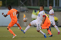 ENVIGADO -COLOMBIA-10-03-2015. Yony Gonzalez (Izq) de Envigado FC disputa el balón con Gustavo Bolivar (Der) de Deportivo Pasto durante partido por la fecha 9 de la Liga Águila I 2015 realizado en el Polideportivo Sur de la ciudad de Envigado./ Yony Gonzalez (L) of Envigado FC fights for the ball with Gustavo Bolivar (R) of Deportivo Pasto during match for the 9th date of the Aguila League I 2015 at Polideportivo Sur in Envigado city.  Photo: VizzorImage/León Monsalve/STR