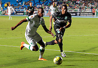 CALI- COLOMBIA -02 -02-2014: Yerson Candelo (Izq.) jugador de Deportivo Cali disputa el balón con Farid Diaz (Der.) jugador del Atletico Nacional en durante partido de la segunda fecha de la Liga Postobon I 2014, jugado en el estadio Pascual Guerrero de la ciudad de Cali. / Yerson Candelo (L) player of Deportivo Cali vies for the ball with Farid Diaz (R) player of Atletico Nacional during a match for the second date of the Liga Postobon I 2014 at the Pascual Guerrero Stadium in Cali city. Photo: VizzorImage  / Juan C Quintero / Str.