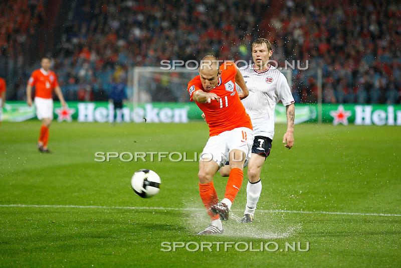 Nederland, Rotterdam, 10 juni 2009 .Kwalificatiewedstrijd WK 2010.Nederland-Noorwegen (2-0) .Arjen Robben (m) van Nederland schiet de bal op doel, Achter hem Bjorn Helge Riise van Noorwegen