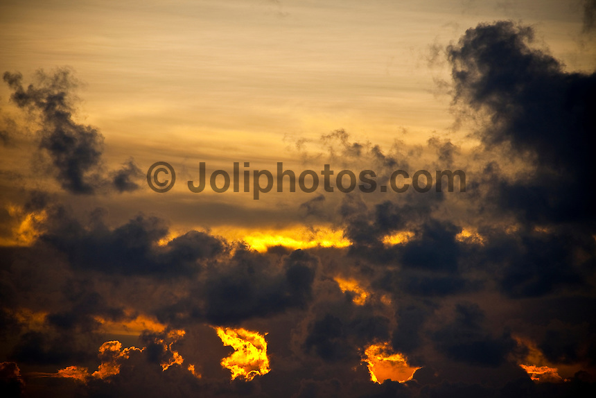 A sunset in the South Male Atolls, Maldives (Monday, June 15th, 2009). Photo: joliphotos.com