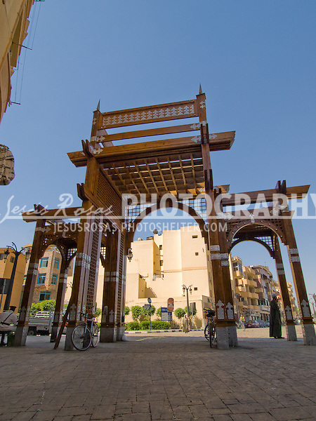 One of the most visited places in Luxor is the Old Market Street, the entrance is a wood structure that takes people to the touristic area, once passing that the market gets crowded and offers products for local people.