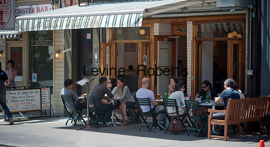 Diners brunch al fresco in the Soho neighborhood of New York on Sunday, May 20, 2012. (© Richard B. Levine)