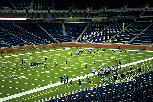 USA, MICHIGAN, DETROIT, FORD FIELD, FOOTBALL FIELD, PRACTICE
