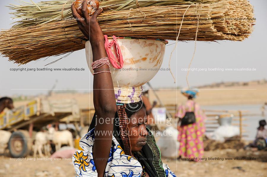 MALI, Djenne, market day, Peulh woman