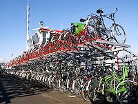 Oude pont in Amsterdam wordt nu gebruikt als fietsenstalling
