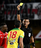 BOGOTÁ-COLOMBIA, 09-10-2019: Luis Matorel, árbitro muestra tarjeta amarilla a Michael López de Atlético Huila, durante partido de la fecha 16 entre Independiente Santa Fe y Atlético Huila, por la Liga Águila II 2019, jugado en el estadio Nemesio Camacho El Campín de la ciudad de Bogotá. / Luis Matorel, referee shows yellow card to Michael Lopez of Atletico Huila,  during a match of the 16th date between Independiente Santa Fe and Atletico Huila, for the Aguila Leguaje II 2019 played at the Nemesio Camacho El Campin Stadium in Bogota city, Photo: VizzorImage / Luis Ramírez / Staff.