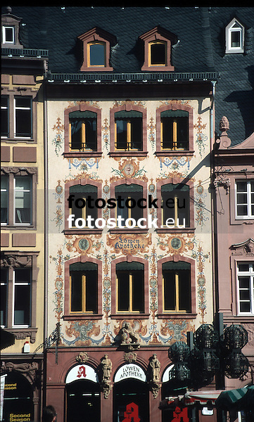 Löwen Apotheke am Dom mit Fassadenbemalung im Rokokostil<br /> <br /> 2454 x 1474 px<br /> Original: 35 mm slide transparency