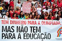 RIO DE JANEIRO,RJ,12.06.2013: PROFESSORES DO MUNICIPIO REALIZAM PROTESTO NO CENTRO DO RIO- Profissionais da educação do municipio do Rio, realizaram um protesto nas escadarias da Camara dos Vereadores, contra a falta de de respeito com os professores, alunos e o abandono do sistema de ensino. Rosas foram distribuidas a populares e policias que acompanhavam o protesto e balões vermelhos foram soltos.