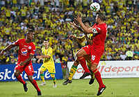 BUCARAMANGA - COLOMBIA, 30-03-2019: Harold Gomez del Bucaramanga disputa el balón con Hector Quiñones y Juan Pablo Segovia de América durante partido por la fecha 12 de la Liga Águila I 2019 entre Atlético Bucaramanga y América de Cali jugado en el estadio Alfonso Lopez de la ciudad de Bucaramanga. / Harold Gomez of Bucaramanga fights for the ball with Hector Quiñones and Juan Pablo Segovia of America during match for the date 12 of the Liga Aguila I 2019 between Atletico Bucaramanga and America de Cali played at the Alfonso Lopez stadium of Bucaramanga city. Photo: VizzorImage / Oscar Martinez / Cont