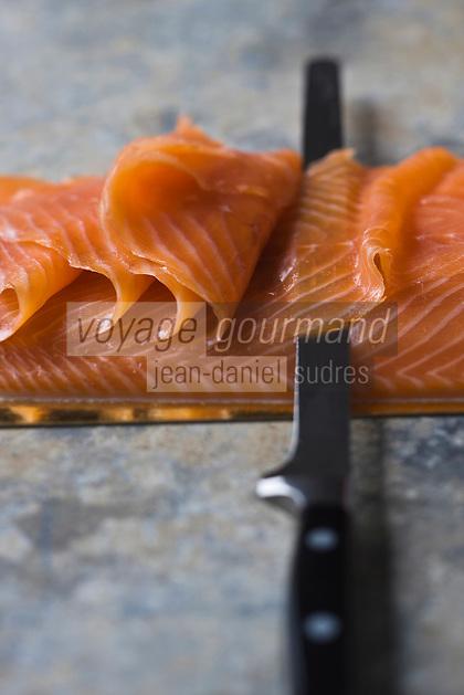 Europe/France/Bretagne/56/Morbihan/Arzon: Saumon fumé de Patrick Chauchard , Fumage artisanal. (Couteau à saumon Zwilling) - Stylisme : Valérie LHOMME  // France, Morbihan, smoked salmon Patrick Chauchard Smoking craft, (Salmon knife Zwilling), Stylist, Valerie Lhomme