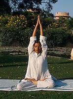 Yoga Übung im Hotel Rajvilas, Jaipur, Rajasthan, Indien