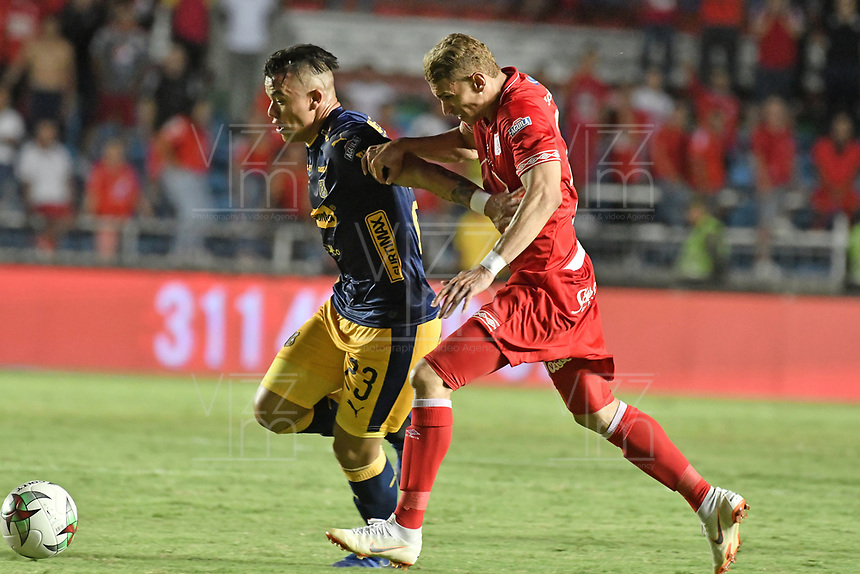 CALI - COLOMBIA-16-02-2019: Jhonatan Perez del América disputa el balón con Leonardo Castro del Medellin durante partido por la fecha 5 de la Liga Águila I 2019 entre América de Cali y Deportivo Independiente Medellín jugado en el estadio Pascual Guerrero de la ciudad de Cali. / Jhonatan Perez of America struggles the ball with Leonardo Castro of Medellin during match for the date 5 as part of Aguila League I 2019 between America Cali and Deportivo Independiente Medellin played at Pascual Guerrero stadium in Cali. Photo: VizzorImage / Gabriel Aponte / Staff