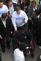 """BOGOTA-COLOMBIA: 09-04-2013: Juan Manuel Santos (Cent.) Presidente de Colombia y Juan Carlos Pinzón (Izq.) Ministro de Defensa Nacional, marcharon por la Paz en las calles de Bogotá, abril 9 de 2013. El presidente Santos desmintió que las Fuerzas Armadas Revolucionarias de Colombia (FARC), estén infiltradas presionando a los campesinos para marchar, """"Yo no veo guerrillas alrededor mío"""", agrego el mandatario. La jornada comenzó pasadas las ocho de la mañana en el monumento de los Caídos, en el occidente de Bogotá y se dirigió a la Plaza de Bolivar en el centro de la capital colombiana. (Fotos: VizzorImage / Luis Ramírez / Staff.) Juan Manuel Santos (C) President of Colombia and Juan Carlos Pinzon (L) Minister of National Defence, marched for peace on the streets of Bogota,, April 9, 2013. President Santos denied that the Revolutionary Armed Forces of Colombia (FARC) are infiltrated pressuring farmers to march, """"I do not see guerrillas around me,"""" Santos said. The marches began just after eight o'clock in the Memorial Monument in western Bogota and went to the Plaza de Bolivar in downtown Bogota. (Photos: VizzorImage / Luis Ramirez / Staff.)"""